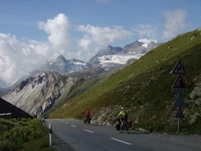 passage en Suisse au col de Livigno, avec au fond les glaciers de la Bernina