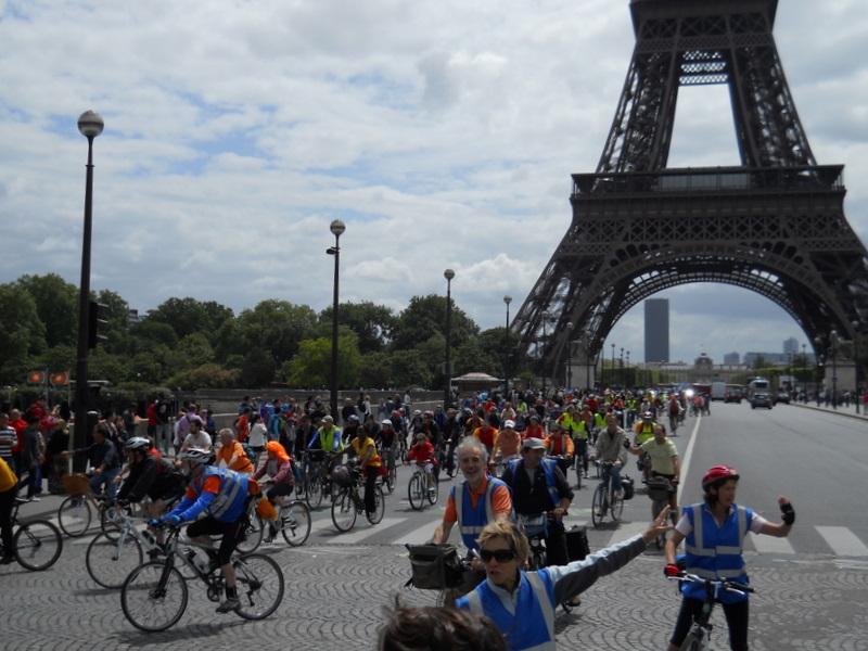 le cortège de Versailles passe le pont d'Iéna
