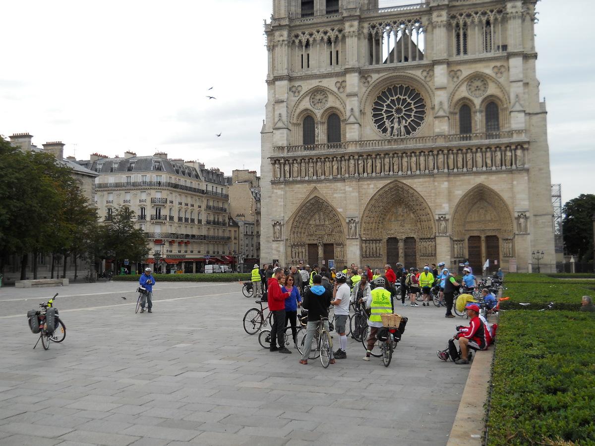 rassemblement matinal à Paris Notre-Dame