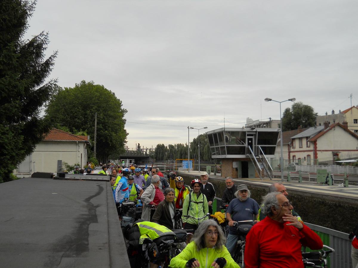 l'écluse de la Briche exceptionnellement ouverte aux cyclistes