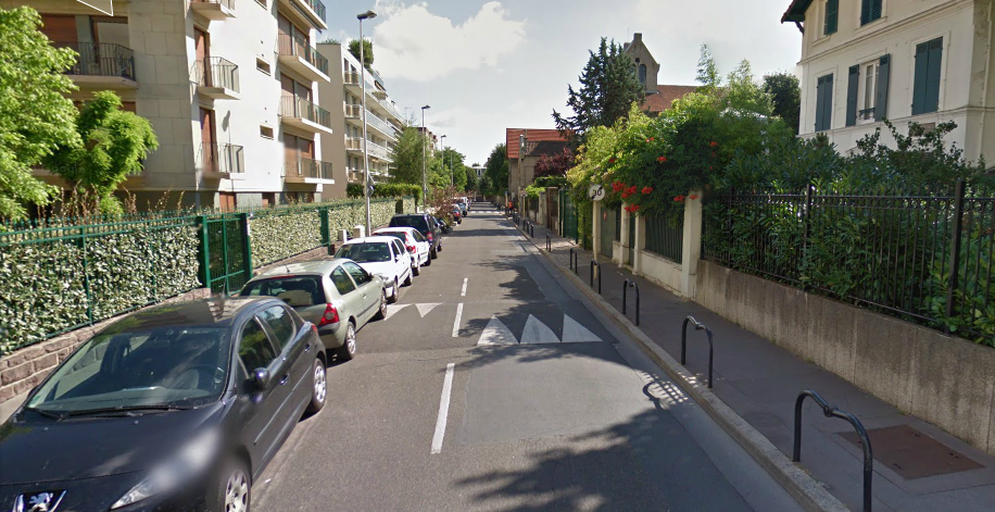 Dans la rue Armand Silvestre à Courbevoie, en double sens ordinaire, il ne reste qu'une moitié de voie de circulation pour les véhicules qui viennent en face.