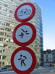 Trois panneaux dont deux non réglementaires (Bruxelles)
