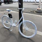 Vélo peint en blanc devant l'Assemblée nationale, en hommage à Armelle Cizeron, collaboratrice parlementaire décédée à vélo à cet endroit, fauchée par un camion